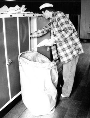 Städning är ju ett måste sista skolveckan. Heike Zetterström i T3a tömde sitt skåp 1991.