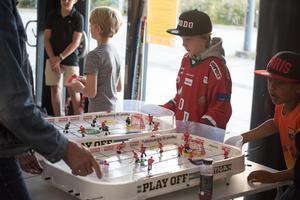 Vid entrén kunde man bland annat utmana kompisarna i bordshockey.