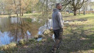 Mikael Torgé visar vägen runt sjön. Om inte föreningen funnits hade det varit igenväxt runt sjön – och sjön hade bara varit en liten dypöl.