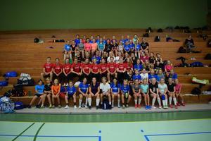 Alla ungdomar som deltagit under veckan samlades för en bild på hallens läktare. Bild: Rasmus Engqvist