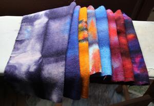 Barbro Ager färgar de vita ullkvadraterna, som en gång användes som fotlappar i svenska armén, i olika färgbad som ger melerade mönster.