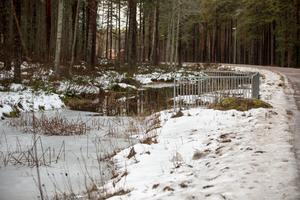 Is och öppet vatten, nära Krondiket, Falun, innan  vattnet forsar under den väg som skymtar till höger och vidare i bäcken ner mot Faluån.