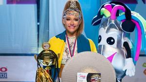 Olivia Kungsman, 18 år var stolt och chockad över att stå högst upp på prispallen. Bild: Anders Jared