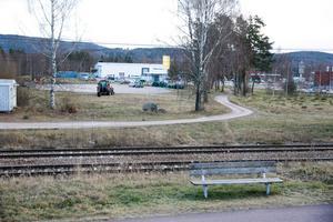 Livsmedelshandeln är tänkt att ligga närmare järnvägen för att inte hamna ovanpå den gamla soptippen.