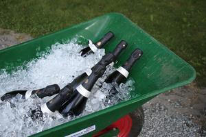 En skottkärra kan användas till flera saker. Här är champagnen på kylning.