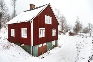 Fastighet med skogsskifte.  På tomten står förutom ett bostadshus även en tillhörande lada samt gäststuga. Foto: Kristofer Skog.