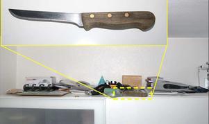 På en hylla i ett sovrum hittades en av flera knivar med blod från kniv som misstänks ha använt under mordetFoto: Polisen