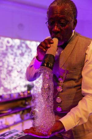 Richard Sseruwagi skapar fluffigt skum att se och känna på. Foto: Martin Skoog