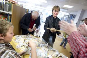 Samlarna Gustaf och Anders Berglund besökte bibliotekets frimärksutställning på söndagsförmiddagen.