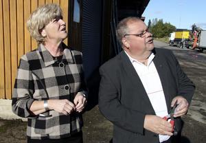 Landshövding Maria Norrfalk och rosade företagaren Ingemar Löf spejade ivrigt när molnet av gröna