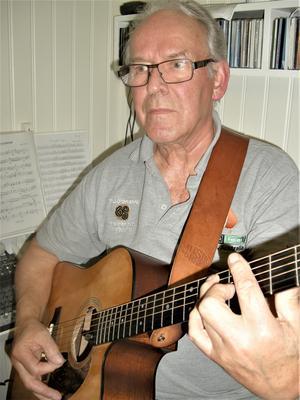 Sture Pettersson med sin gitarr. Foto: Åke Bengtzon