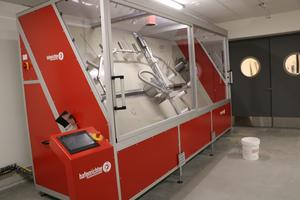 I den här maskinen rengörs slangar, och testas så att de håller tätt. Vid mindre läckor kan det lagas på stationen.