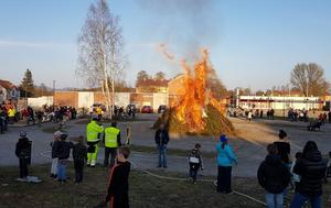 En ståtlig brasa i nya parkområdet i Bollstabruk. Foto: Lars Sjödin