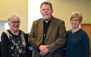 Prästen Jörgen Eriksson omgiven av pianisten Margareta Jernberg Olsson t v och sopranen Christine Nyman t h. Foto: Åke Hollman