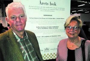 Solveig Andersson, ordförande i Härjedalsföreningen i Stockholm, kom till Antikmässan för att gratulera Bosse Yman till nomineringen. Foto:Privat