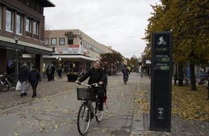 Eva Östman kommer hem till Köping cirka tre gånger per år, och stannar då i 14–21 dagar.