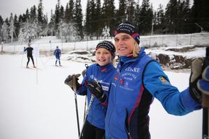 Mia Karlsson med dottern Hanna njöt av en dag i skidspåret.