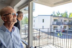Från fönstret ser Urban Bengtsson huset som han ska flytta in i.