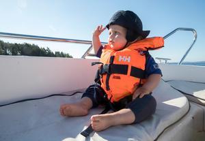Både stora och små bör ha flytväst när de åker fritidsbåt.