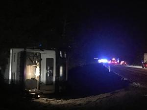 Lastbil i diket nära olycksplatsen. Inga personskador i samband med den olyckan enligt SOS alarm.