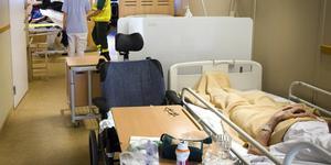 Överbeläggningen i regionen har varit stor under sommaren. Patienter har tidvis tvingats ligga i badrum och korridorer. Överbeläggningar är inget nytt i Västernorrland, 2012 fick Landstinget Västernorrland, nuvarande regionen betala böter på en halv miljon kronor.