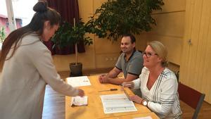 Det har varit fullt fart på röstningen i församlingshemmet. Här Anna Haag som lägger sina röster, och valarbetarna Andreas Gandhi och Lena von Bothmer Johansson.