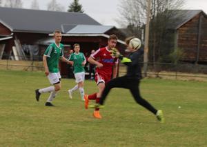 Magnus Engström-Liljemark chippade in 2-0 för Hede sedan han runnit ifrån Ragundas försvar på en långboll från målvakten Erik Olofsson.