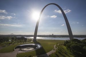 Bågen i St. Louis, en av få städer som inte levt upp till tioårige Per Bjurmans högt ställda förväntningar på amerikanska städer. Foto: Jeff Roberson/TT/AP