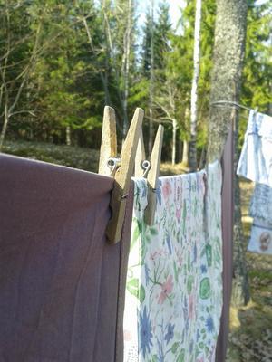 Hänga tvätt i vårsol, finns det något skönare? Foto: Julia Hansson