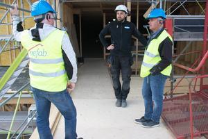 Christer Ladänges och Joe Lönngren från Aefab hinner samtala en stund med Byggtecs platschef Johan Dahlin.