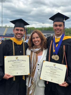 Bröderna på sin examen med mamma Anna-Karin.