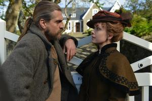 Esmar (Rudi Køhnke) och hans vän Livia (Livia Millhagen) hjälps åt för att lösa hans knipa i