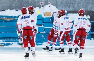 Filip Nyberg firar ett av sina fyra mål.