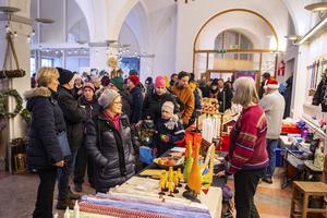 Många besökare lockades till julmarknaden på söndagen.