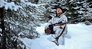 Henrik Widlund  från Mojsöns jaktlag var i en tidigare licensjakt på varg på pass i skogarna runt Hasselforsreviret, norr om Laxå i Örebro län. Foto: Anders Wiklund