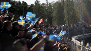 Rospiggarnas flagga bland de svenska fanorna på GP-tävlingen i Hallstavik.