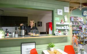 Det finns det mesta i butiken och även kaffe med dopp.