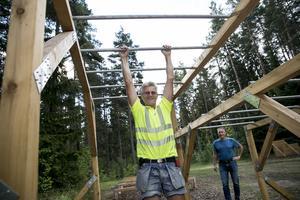 Ulf Andersson på Borlänge kommuns fritidsförvaltning provar ett av hindren i Mellsta.