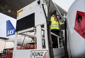 Här premiärtankas det nya SAS-flygplanet Airbus 320 Neo med  förnyelsebart bränsle. Rikard Bokström håller i slangen.Foto: Christine Olsson / TT