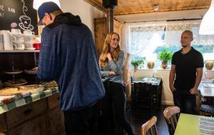 Nästan 20 personer tog sig till grytet för att hjälpa till. Dagen efter tackade Marcus och Helena för hjälpen genom att bjuda på pajbuffé på Tessans Café.