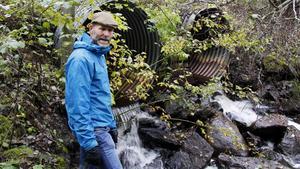 Mats Englund vid en av Ljustorpsåns biflöden, Aspån, där det finns  ett exempel på plats som hindrar  fiskens vandring.