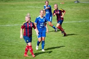 Två av Selångers målskyttar i förlusten, Tove Hanold och Julia Wänglund.
