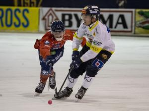 Erik Stoor jagas av en Edsbyspelare.
