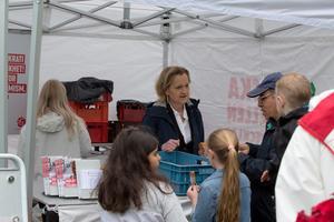Boel Godner delade ut kringlor i Socialdemokraternas tält.
