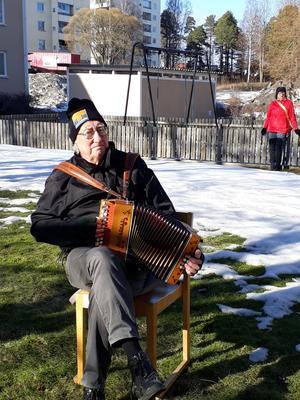 Ingvar Swing spelar durspel. Bild: Maj-Britt Norlander
