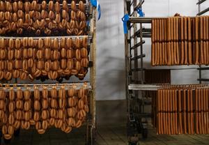 Korvar av alla former förvaras i ett kylrum i väntan på att förpackas. Hela 40 ton prinskorvar har tillverkats inför julen.