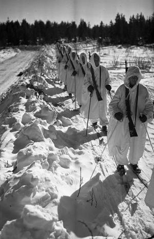 Krigsvintrarna runt 1940 var de kallaste i mannaminne. Skidåkning var ofta det snabbaste sättet att ta sig fram.Foto: AMF Bildarkiv, Krigsarkivet