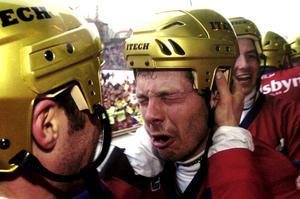 Edsbyspelarna gråter av lycka efter finalvinsten mot Hammarby. Foto Björn Larsson Ask