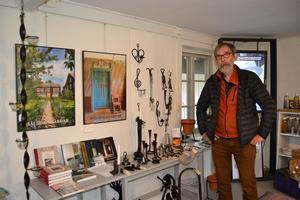 Pär Forssell visar mycket att titta på i butiken, gamla hantverk, inredning samt trädgård.