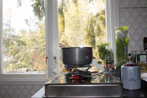 Matlagningen sker tills vidare med primuskök. Som tur är brukar Jan-Erik och Lena ha ett lager med konservburkar i huset. – Sådant där har vi så att det ska finnas när vi kommer ut på fredagarna. Annars är vi inte så överdrivet